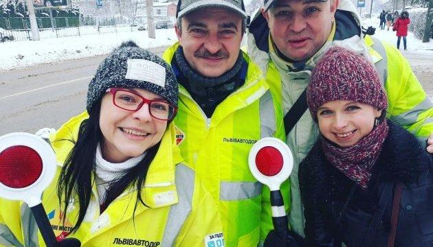 Во Львове известные певцы помогали людям переходить дорогу