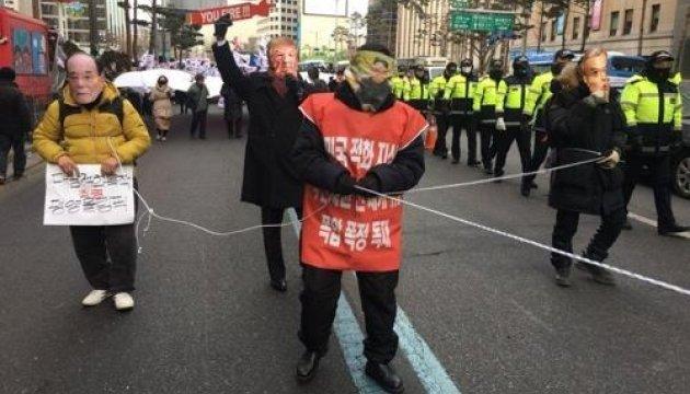 Олимпиада-2018: в Сеуле на акции против участия КНДР пытались сжечь ее флаг