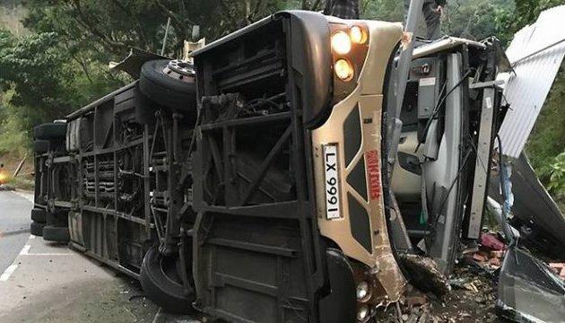 В Гонконге перевернулся двухэтажный автобус, 19 погибших