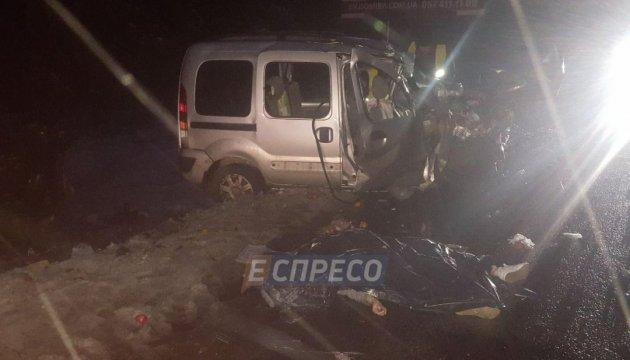 Под Киевом легковик Renault в лоб влетел в