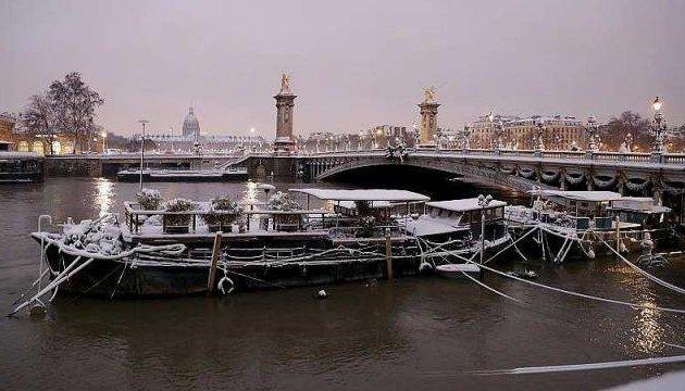 В центре Парижа затонула жилая баржа