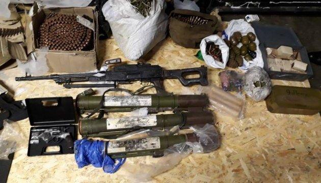 Правоохоронці знайшли на Дніпропетровщині кулемет, гранатомети й вибухівку
