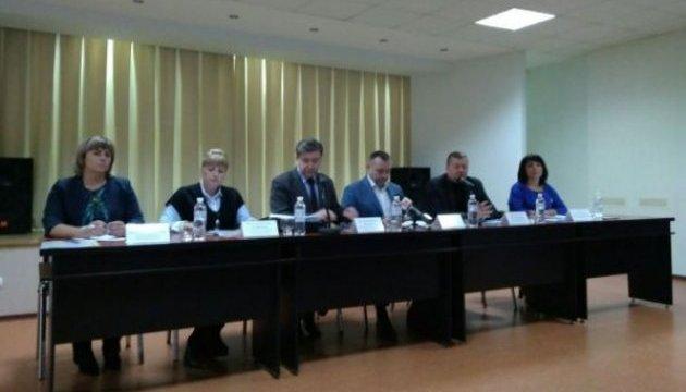 Разбитое стекло и тумаки: в Харькове начались общественные слушания о тарифах на воду