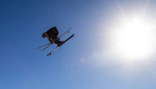 Как Супермен: швейцарский лыжник показал необычный трюк на эскалаторе
