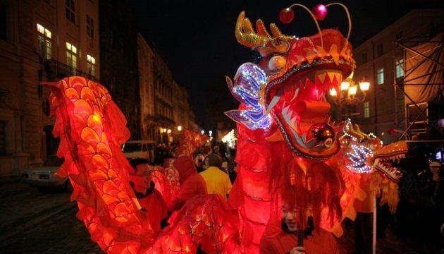 Une danse des dragons dans le centre de Lviv