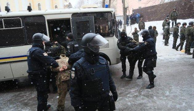 Полиция задержала под Соломенским судом около 30 участников потасовки