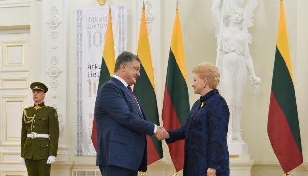 Poroshenko regala a Grybauskaitė un libro histórico único (Vídeo)