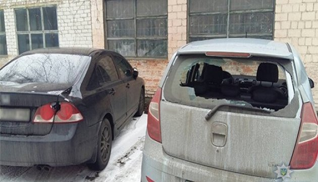 Поліція затримала зловмисника, який потрощив авто під Солом'янським судом