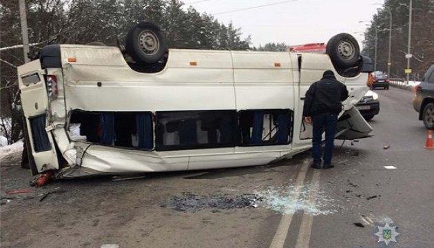 У Києві зіткнулися мікроавтобус, легковик і