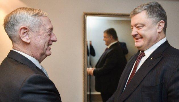 Poroschenko und Mattis sprechen über weitere Schritte zur Erhöhung der Verteidigungsfähigkeit der Ukraine