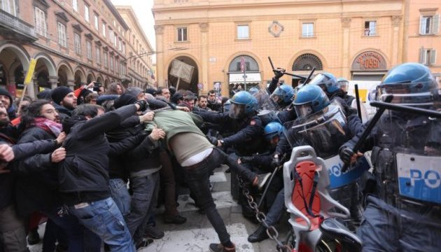 Антифашистские протесты в Италии: полиция применила слезоточивый газ