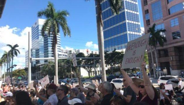 Сотни человек во Флориде требовали запрета на свободное владение оружием