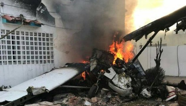 В Венесуэле самолет упал на жилой дом, есть погибший