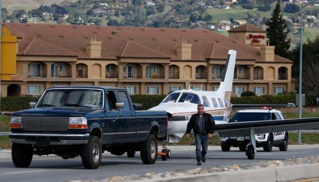 У США літак екстрено приземлився на автомобільну трасу