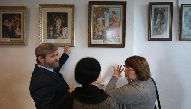 В АртХабе Укринформа открылась выставка вышитых картин Надежды Полевой