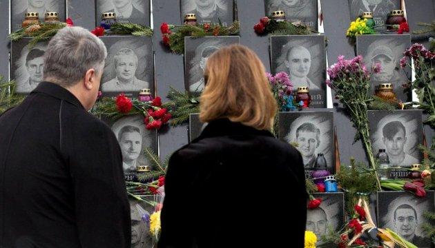 Президент почтил память погибших на Майдане