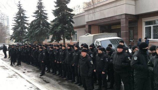 Полицейские-спецназовцы устроили молчаливую акцию под Шевченковским судом
