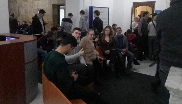 Студенти університету Богомольця блокують вхід – не пускають нового в.о. ректора