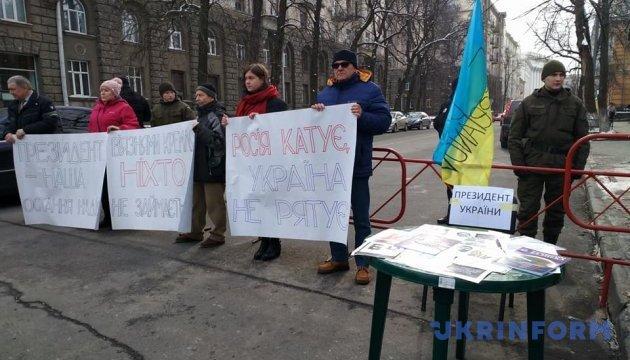 Родственники политзаключенных Кремля на Банковой ждали встречи с Порошенко