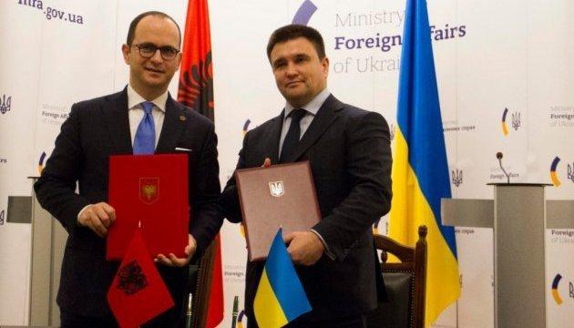 Klimkin intercambia los primeros proyectos de TLC con su homólogo albanés