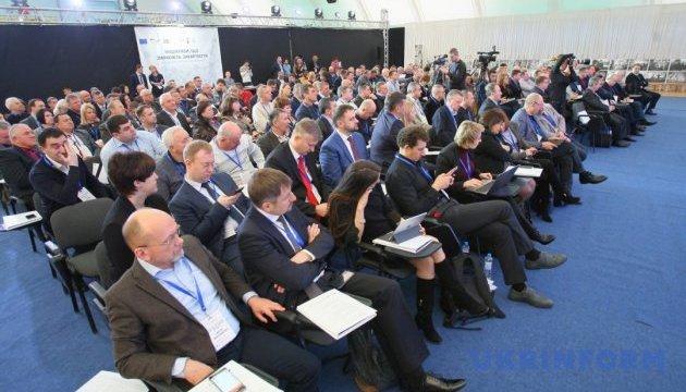 Представників ОТГ на Закарпатті переконували активніше об'єднуватися