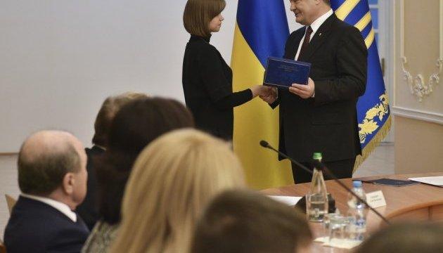 Порошенко вручив молодим науковцям КПІ президентські премії