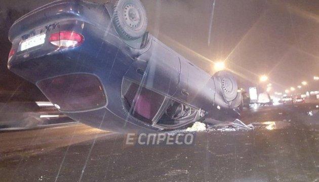 В Киеве автомобиль влетел в эвакуатор и перевернулся
