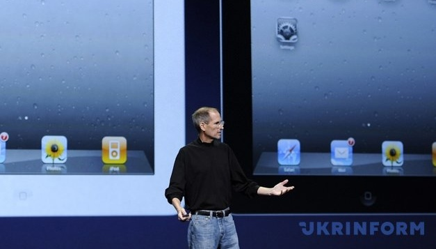 Куртку Стива Джобса и один из первых компьютеров Apple пустят с молотка