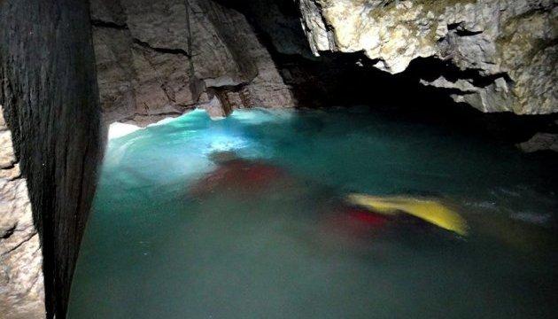 Туристов зовут окунуться в самое большое подземное озеро Украины