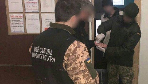 На адмінмежі з Кримом митника затримали на хабарі