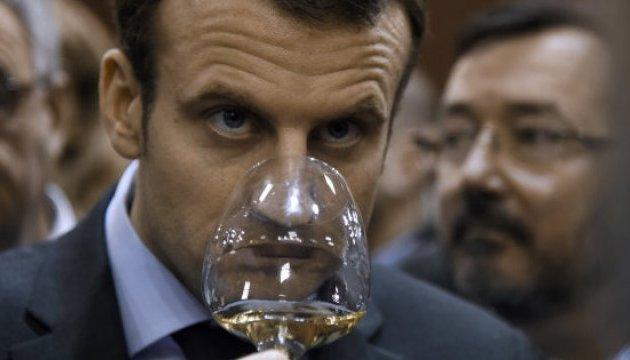 Макрон зізнався, що п'є вино двічі на день