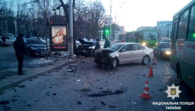У центрі Харкова зіткнулися чотири іномарки, є постраждалі