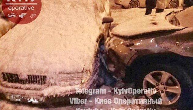 У Києві Subaru занесло на зустрічну смугу і в припарковані авто