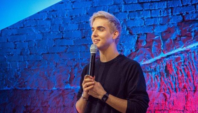 """Le candidat ukrainien pour l'Eurovision présente le clip musical de sa chanson """"Under The Ladder"""""""