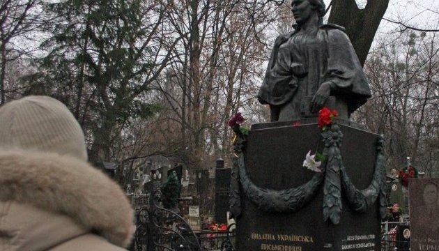 Вандалы обокрали памятник на могиле Леси Украинки