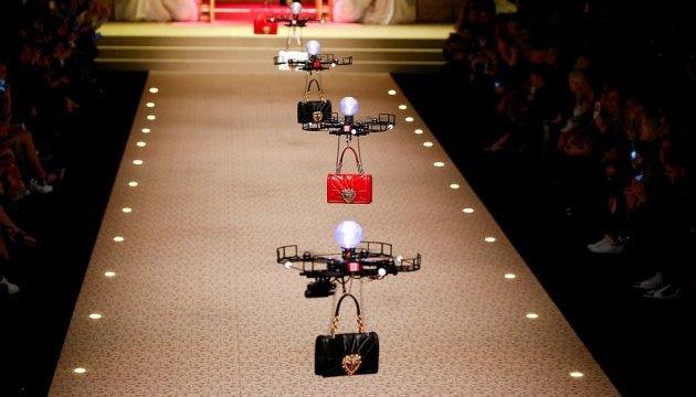 Показ Dolce & Gabbana в Милане открыли дроны