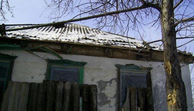 Бойовики обстріляли селище на Луганщині, снаряд влучив у житловий будинок