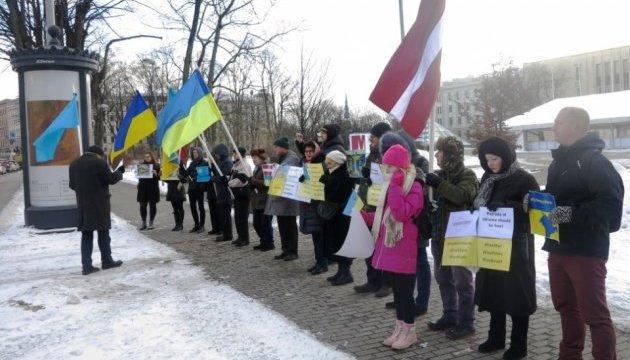 В Риге в День сопротивления оккупации Крыма пикетировали посольство РФ