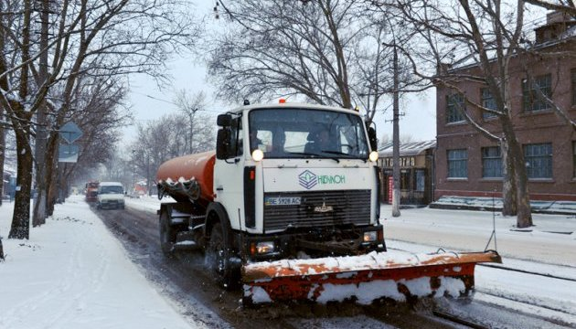 Николаев откапывается  от снега