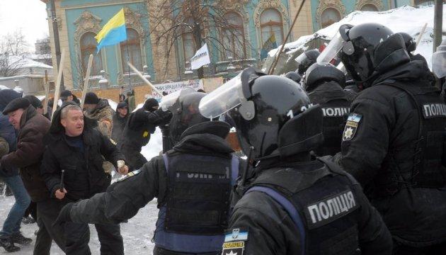 14 Polizisten bei Zusammenstößen vor Parlament verletzt - Fotostrecke