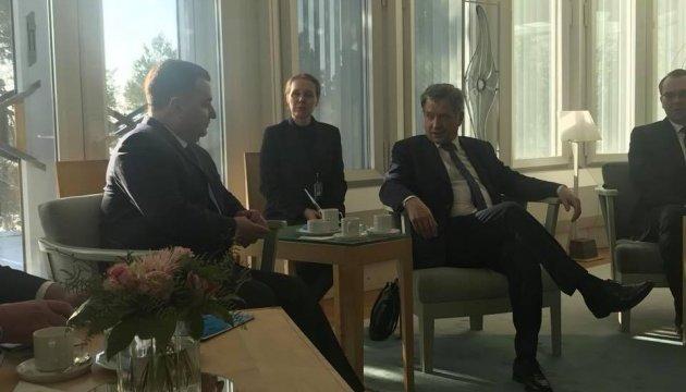 Poltorak discute el tema de una fuerza de paz para el Donbás con los dirigentes de Finlandia