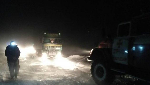 Негода на Донеччині: рятувальник витягли із заметів