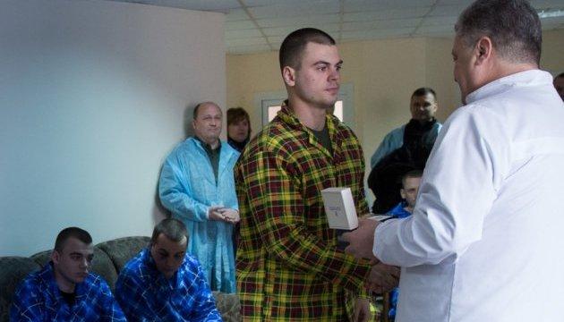 Президент відвідав у лікарні поліцейських, що постраждали у сутичках під ВР