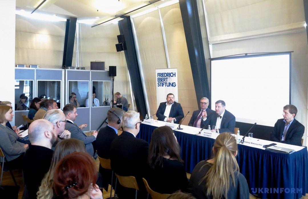 Модератор Андіс Кудорс представляє учасників дискусії: М. Касьянов, К. Еггерт, А. Макаричєв
