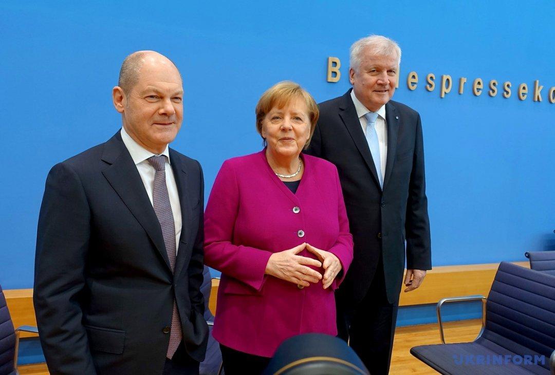 Олаф Шольц поруч з Ангелою Меркель