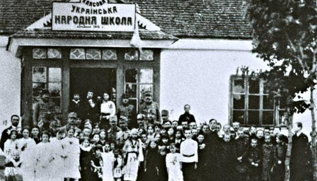 Одна з перших українських шкіл. Фото: tsdkffa.archives.gov.ua
