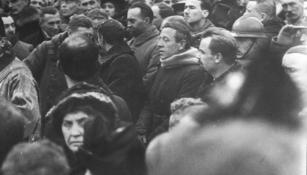Ein Gebetsgottesdienst auf dem Sofia-Platz in Kiew anlässlich der Proklamation des Aktes der Wiedervereinigung von UNR (Ukrainische Volksrepublik –UNR) und SUNR (Westukrainische Volksrepublik - SUNR). In der Mitte sind der Hauptmann der UNR-Armee Symon Petljura und der Vorsitzende des UNR-Direktoriums Wolodymyr Wynnytschenko. Den 22. Januar 1919.