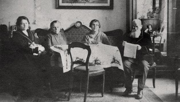 Грушевський із сім'єю. Баден, 1924 рік. vuam.org.ua