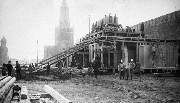 Будівництво першого мавзолею Леніна. Москва, 1924 рік. Фото: tsdkffa.archives.gov.ua