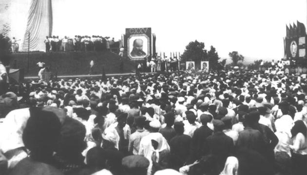 Мітинг біля могили Шевченка у Каневі. Фото: tsdkffa.archives.gov.ua